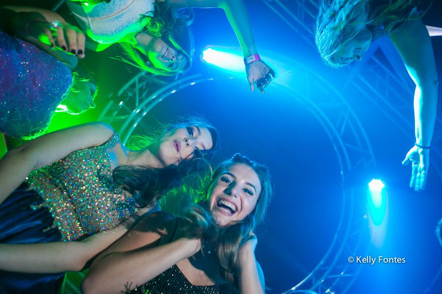 Fotos festa de 15 anos RJ pista de danca com amiga fotografia debutante Book por Kelly Fontes