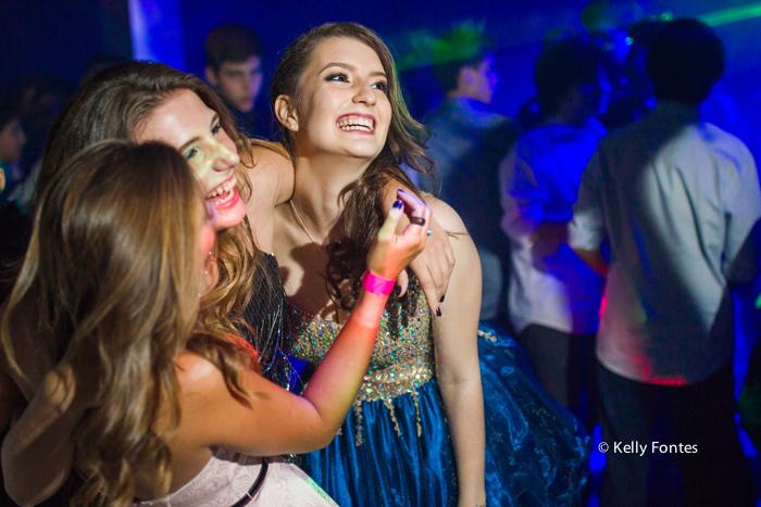Fotos festa de 15 anos RJ pista de dança com amigas fotografia debutante Book por Kelly Fontes