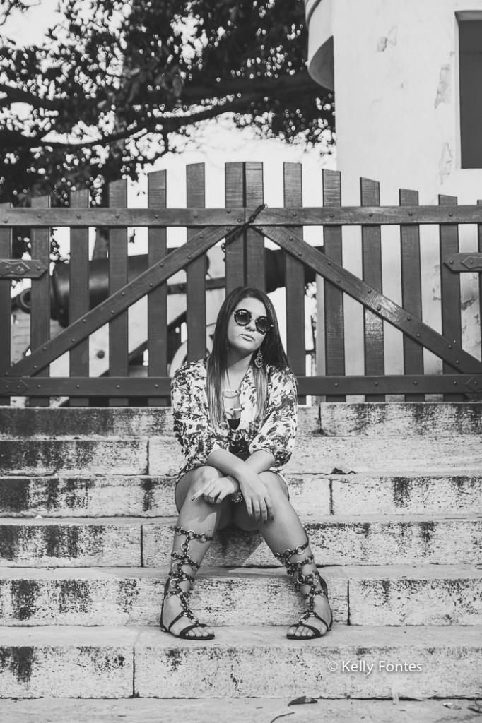 Book 15 anos RJ na praia da urca Rio de Janeiro ensaio de fotos debutante por Kelly Fontes pb na escada