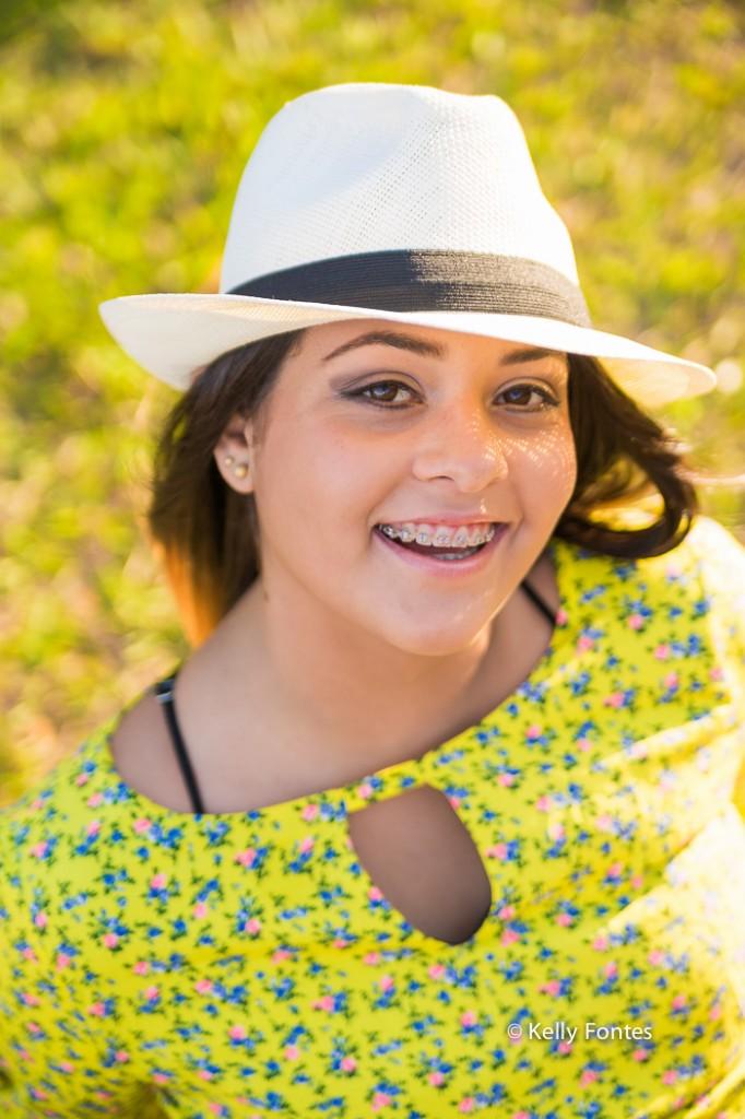 Book 15 anos RJ na praia da urca Rio de Janeiro ensaio de fotos debutante chapeu por Kelly Fontes colorida