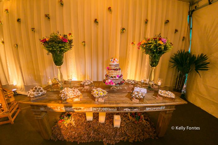 Fotografia decoracao Casamento RJ naked cake flores frutas dia ar livre sitio topo de bolo pombos por Kelly Fontes rustico mesa bolo
