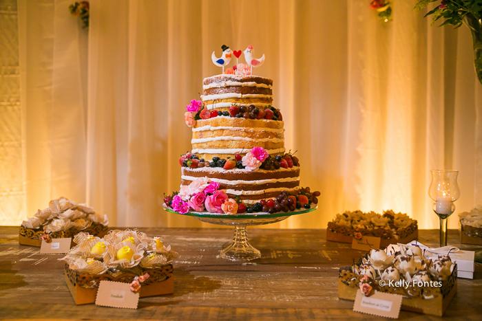 Fotografia decoracao Casamento RJ naked cake flores frutas dia ar livre sitio topo de bolo pombos por Kelly Fontes