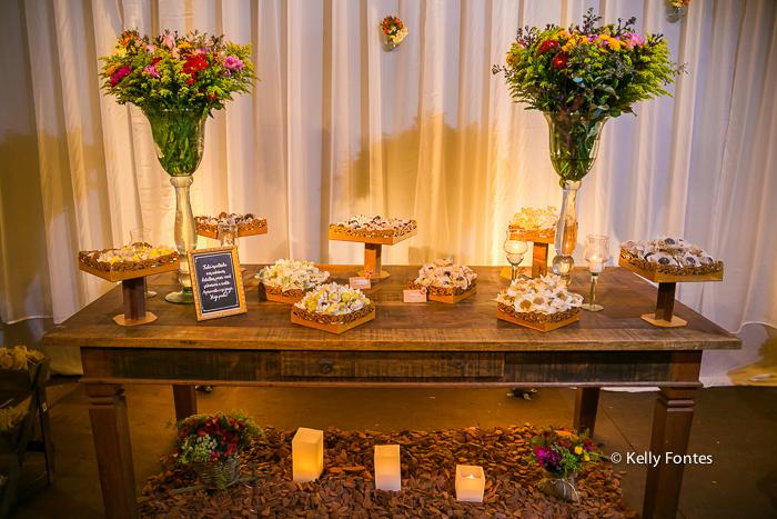 Fotografia decoracao Casamento RJ mesa convidados dia ar livre sitio topo de bolo pombos por Kelly Fontes mesa bolo doces