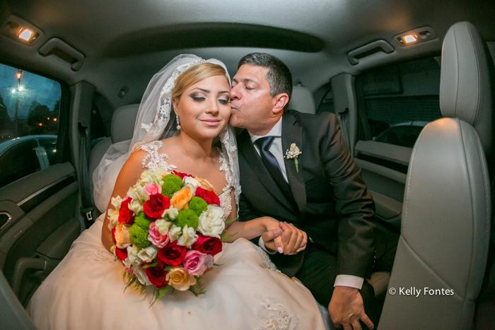Fotografia Casamento RJ noiva com buque beijo do pai dentro do carro fotos por Kelly Fontes