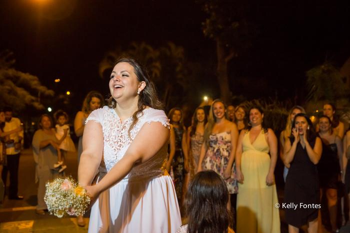 fotos-casamento rj jogando o buque de noiva para as amigas solteiras