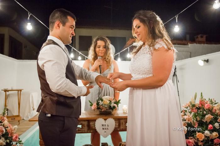 fotos casamento rj troca das alianças noivos no altar cerimonia ao ar livre