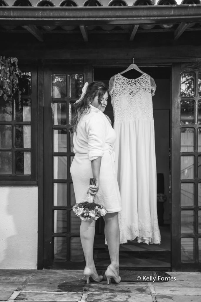fotografia casamento rj making of vestido da noiva com buque foto preto e branco
