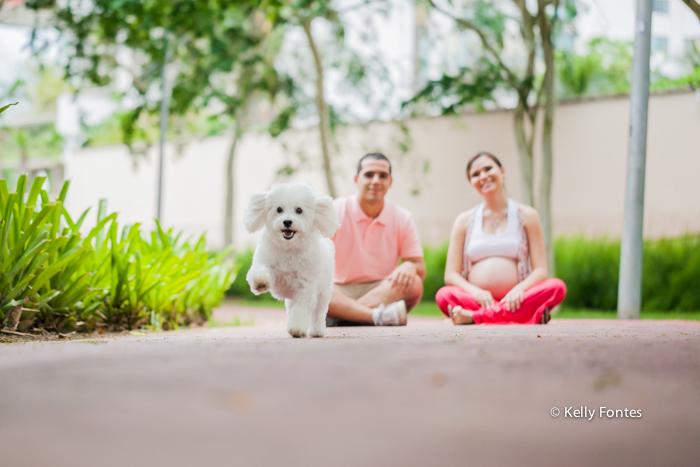 Book gestante RJ pet gravida com o marido e cachorro correndo familia