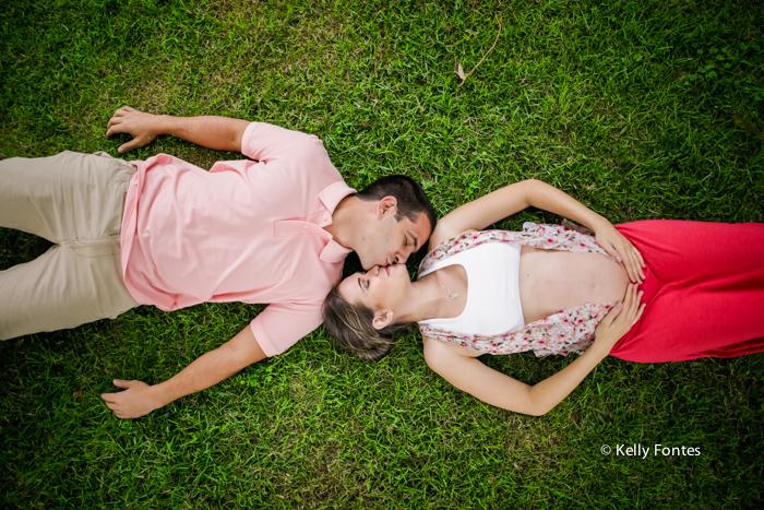 book gestante rj pais deitados na grama verde se beijando na peninsula barra da tijuca