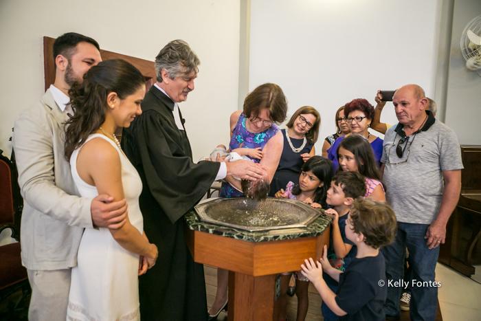 Fotos Batizado RJ Mathias com madrinha batismo na Igreja Luterana Evangelica por Kelly Fontes na pia batismal