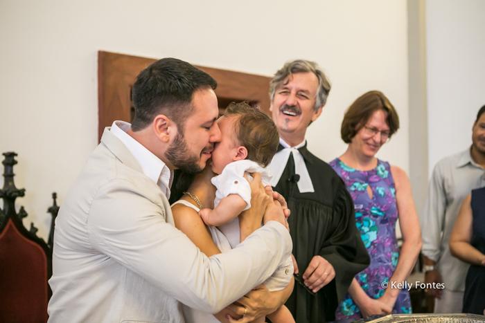 Fotos Batizado RJ Mathias com os pais batismo na Igreja Luterana Evangelica por Kelly Fontes na pia batismal