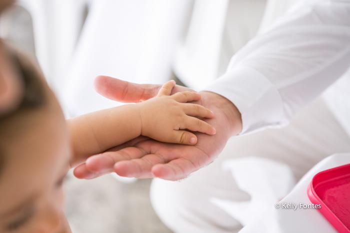 Fotos Batizado RJ mãozinha do Mathias sobre a mão do pai batismo na Igreja Luterana Evangelica por Kelly Fontes