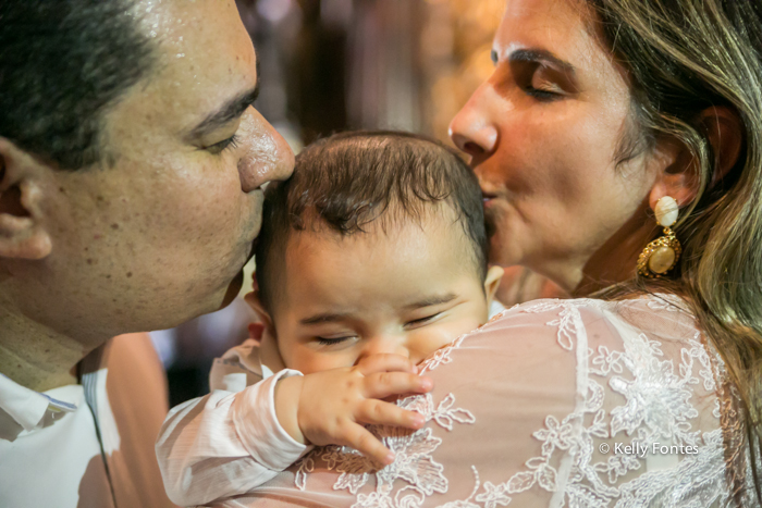 fotografia Batizado RJ Artur beijo dos pais foto de familia batismo no Mosteiro de São Bento no Centro do Rio de Janeiro beijinho de sanduiche