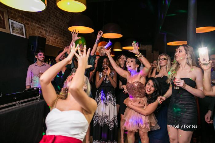 Fotografia Casamento RJ fotos noiva jogando o buque para as solteiras no fim da festa