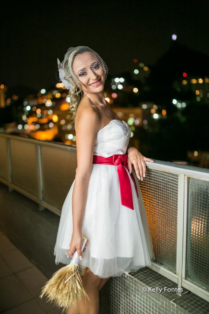 Fotografia Casamento RJ fotos making of da noiva com buque na varanda
