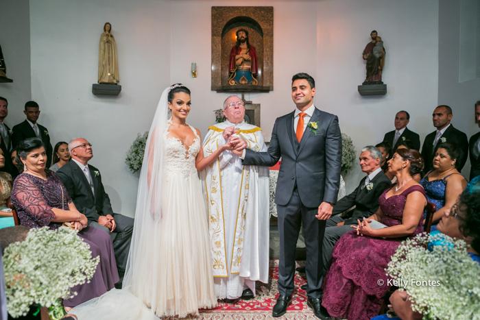 fotografia de casamento rj Capela Santo Cristo dos Milagres Padre Navarro escadaria no Alto da Boa Vista noiva no altar com o noivo