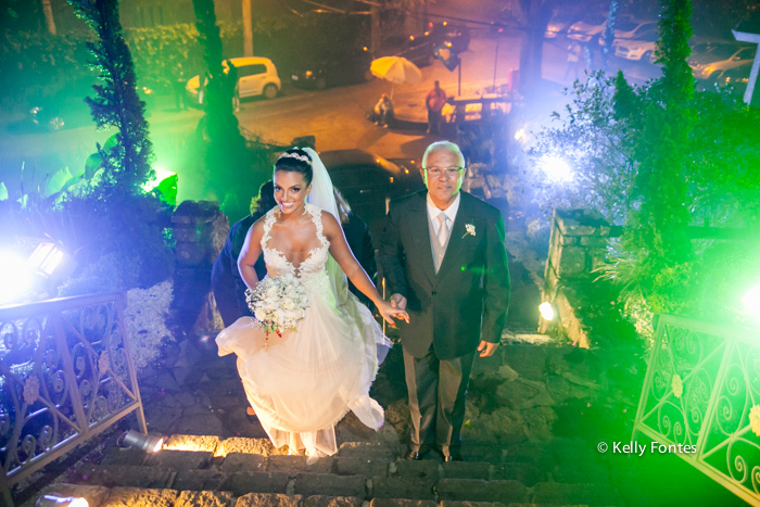 fotografia de casamento rj Capela Santo Cristo dos Milagres Padre Navarro escadaria no Alto da Boa Vista entrando com o pai