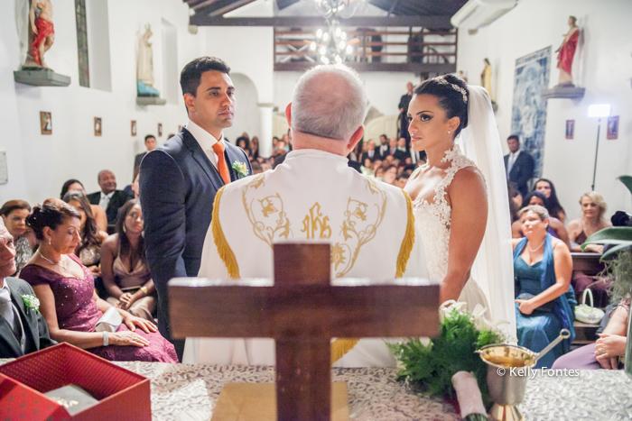 fotografia de casamento rj Capela Santo Cristo dos Milagres Padre Navarro escadaria no Alto da Boa Vista noiva e noivo no altar cruz