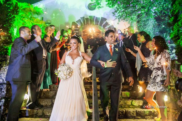 fotografia de casamento rj Capela Santo Cristo dos Milagres Padre Navarro noivos saindo na escadaria no Alto da Boa Vista