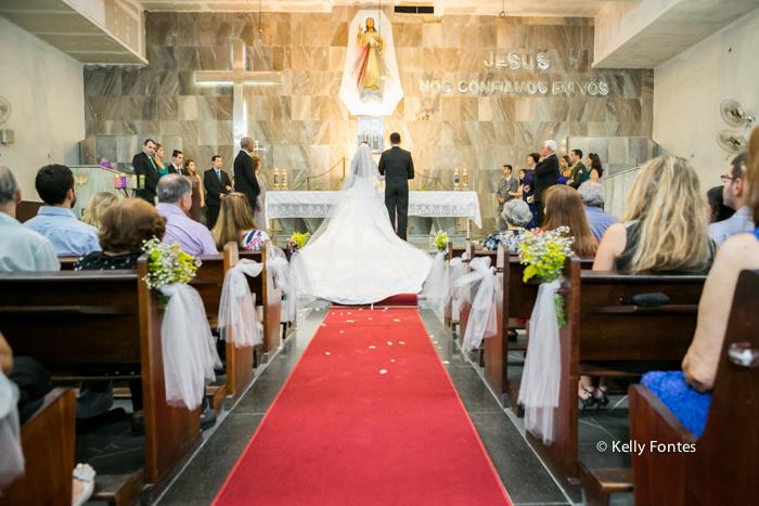 fotos casamento rj noivas no altar olhar na Igreja de costas