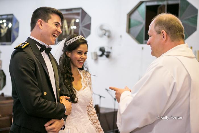fotos casamento rj noivos no altar com o padre sorrindo emocionante