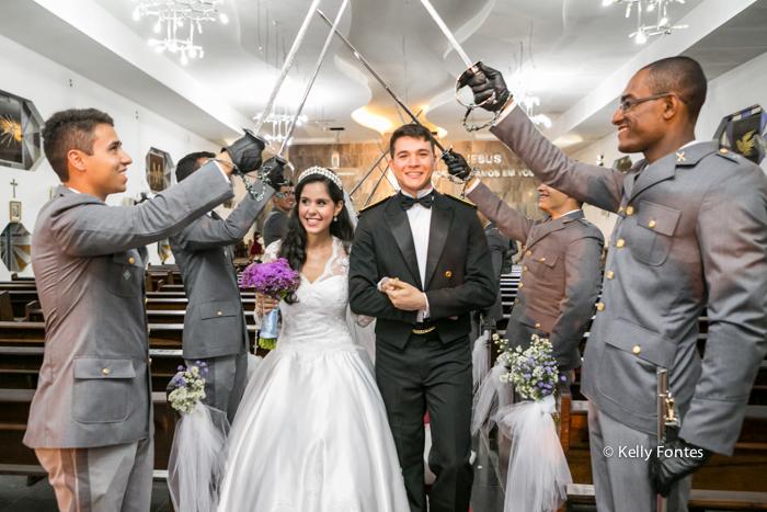 fotos casamento militar rj teto de aço militares com espadas noivos passam por baixo na saída da igreja