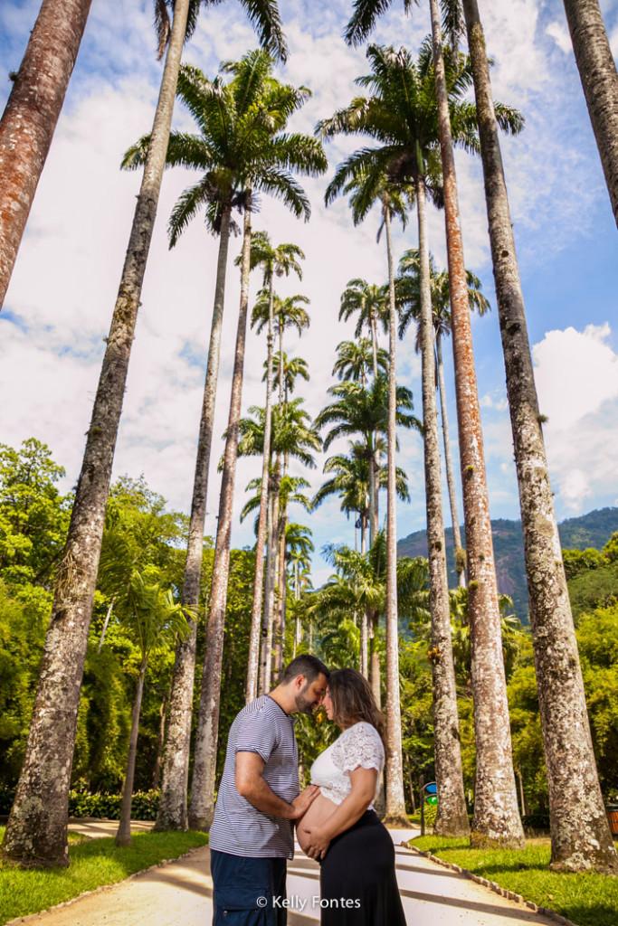 Fotografia book gestante RJ fotos grávida com marido ao ar livre Jardim Botânico ensaio externa de dia