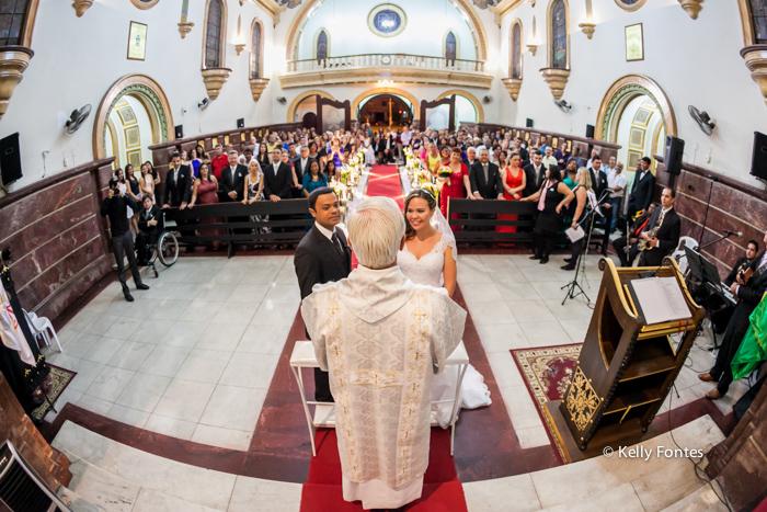 fotografia casamento RJ Igreja noivos no altar padre cerimônia religiosa católica por Kelly Fontes Fotografia