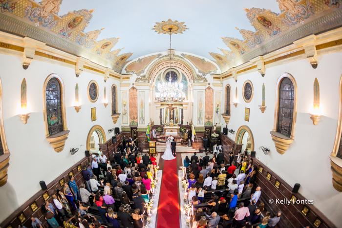 fotografia casamento RJ Igreja noivos no altar padre cerimônia religiosa católica por Kelly Fontes Fotografia panorâmica nave tapete vermelho