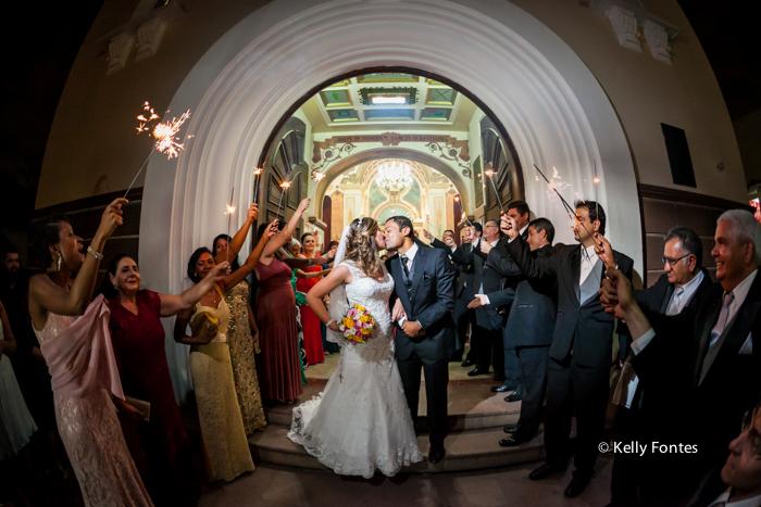 fotografia casamento RJ Igreja saída beijo dos noivos sparkles padrinhos cerimônia religiosa católica por Kelly Fontes Fotografia