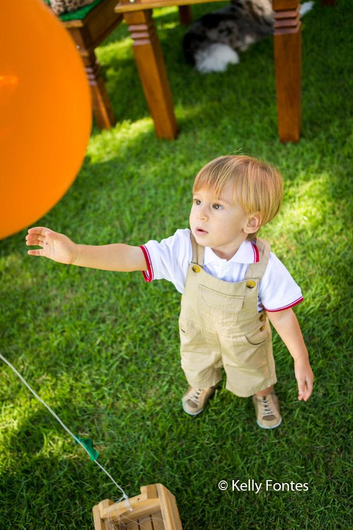 Fotografia Festa Infantil RJ 2 Anos David Safari do Mickey Mão Estendida Brincando Grama Balão Bexiga Laranja